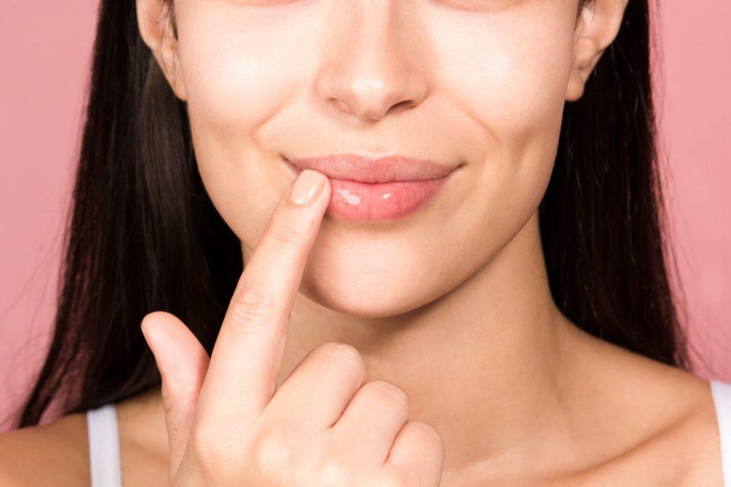 Θεραπείες για σκασμένα χείλη το χειμώνα – σπιτικά scrub και μάσκες