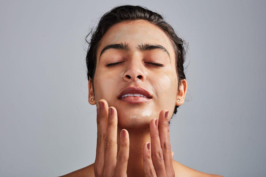 Έχει το Πρόσωπό σας Τάση σε Κοκκινίλες & Ξηρότητα; Δοκιμάστε τα ΤΟΠ 5 Σέρουμ για Αντιδραστικό Δέρμα